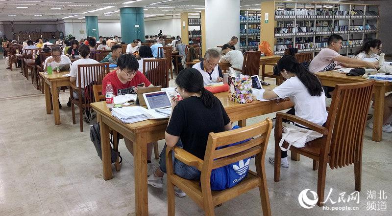 立秋后持续高温 武汉图书馆读者只增不减