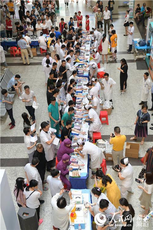 捐热血保军运 武汉500余医务人员无偿献血11万毫升