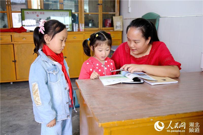 2019年9月1日,在湖北省十堰市郧阳区五峰乡东峰村教学点,教师王婧在课外辅导学生。