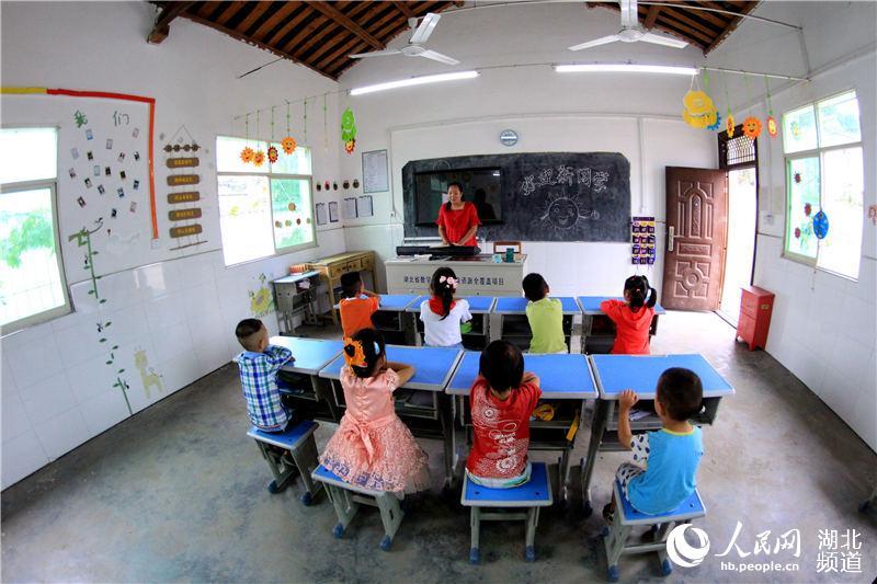 2019年9月1日,在湖北省十堰市郧阳区五峰乡东峰村教学点,教师王婧在给学生上课。