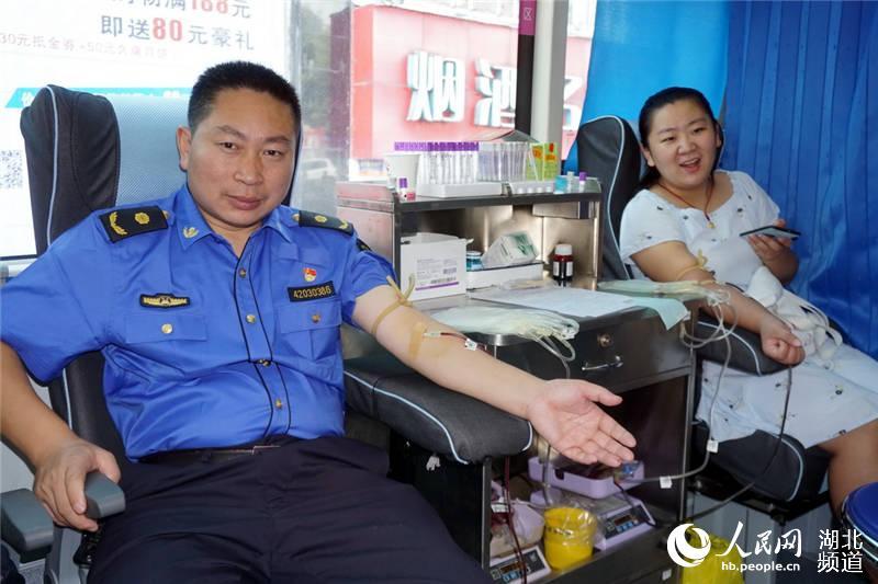 组图:十堰千名党员干部无偿献血【4】