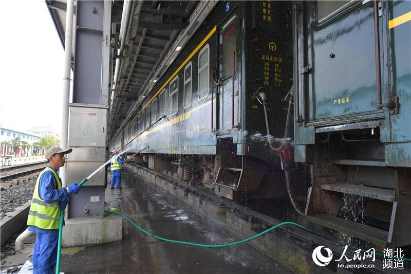 """湖北襄阳:打造""""标准化""""示范列车服务""""中秋节""""小长假铁路运输【6】"""