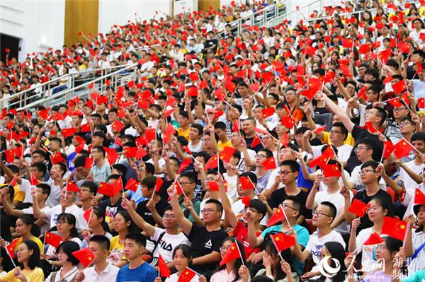武汉工程大学6100余名新生深情歌唱《我和我的祖国》