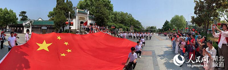 """""""我和我的祖国""""快闪活动在武汉古琴台上演 向新中国成立70周年致敬【3】"""
