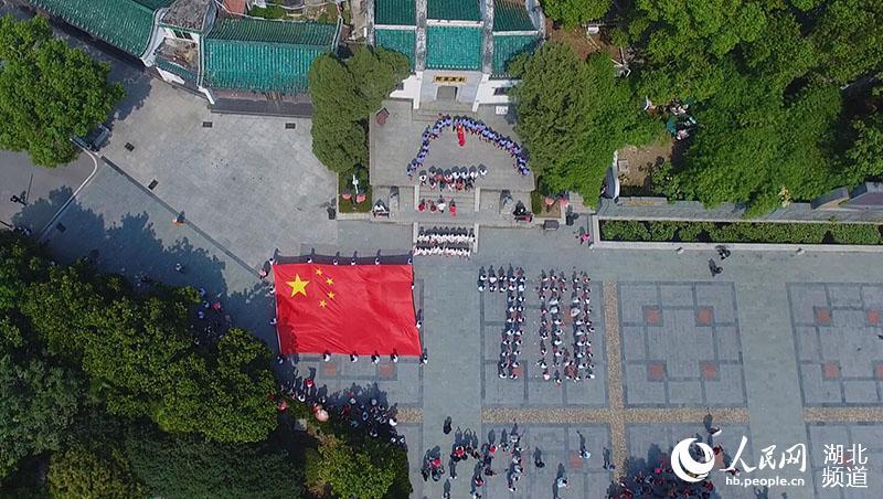 """""""我和我的祖国""""快闪活动在武汉古琴台上演 向新中国成立70周年致敬"""