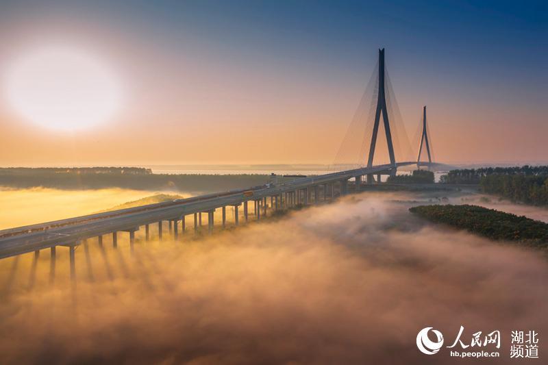 嘉鱼长江公路大桥通车 为世界最大跨径非对称混合梁斜拉索桥【3】