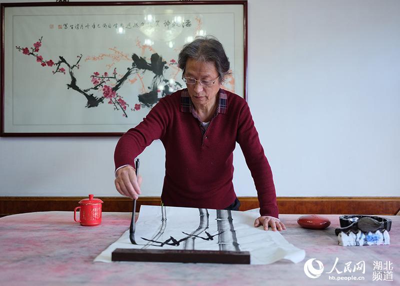 陈汉生正在作画(受访者提供)