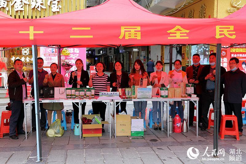 鹤峰人民欢迎大家来品茶。(汪正玺 摄)