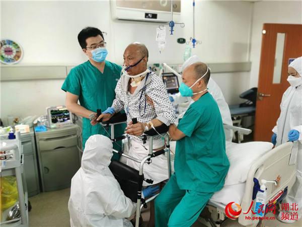 柳暗花明!50天后 湖北首例新冠肺移植患者站起来了