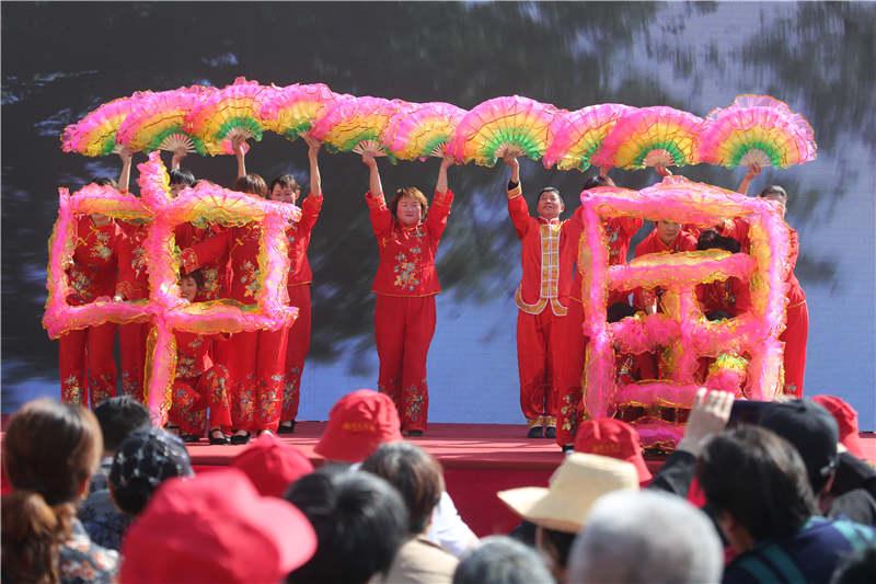湖北秭归:移民村村民比赛广场舞
