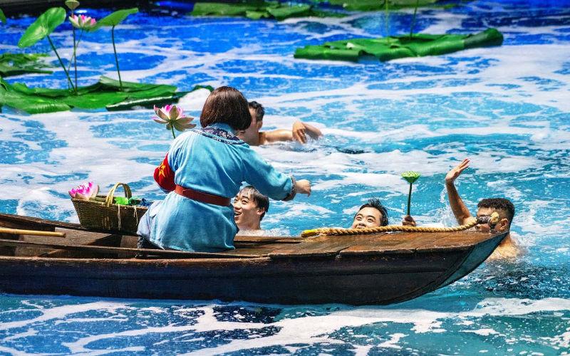 "�h秀版(ban)《洪湖(hu)赤�l�(dui)》首演 ""千里洪湖(hu)""��景呈(cheng)�F"