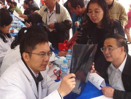 江汉区开展万名医生进社区义诊活动